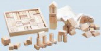 Spielzeugkiste und Holzspielzeug