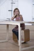 Schreibtische, Stühle und Maltische
